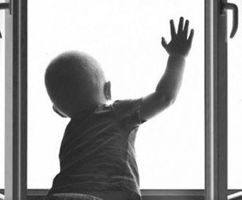 Детский замок - ограничитель окна с тросиком для защиты ребенка от выпадения