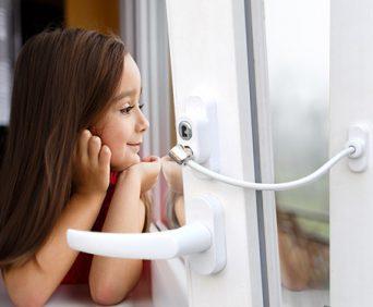 Детский замок - ограничитель окна с тросиком для проветривания помещения