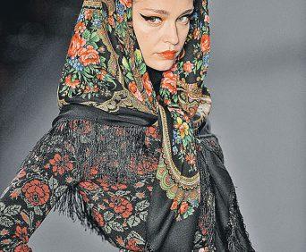 Павлопасадский платок на модели