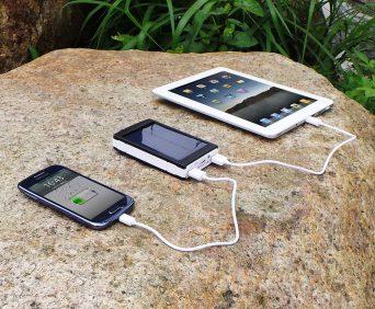 PowerBank 2000 заряжает два устройства