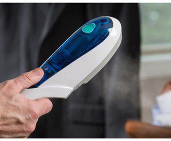 Отпариватель для одежды Steam Brush можно использовать прямо на вешалке